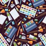Nahtloses Muster mit Gegenständen der schönen Kunst Künstlerversorgungen wie Gestell, farbige Bleistifte, Aquarellpalette und Roh lizenzfreies stockfoto