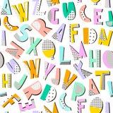 Nahtloses Muster mit geometrischen modernen Buchstaben Memphis-Alphabetbeschaffenheit Schauen Sie tadellos auf Gewebe, Gewebe usw Stockfotografie