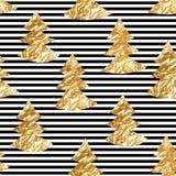 Nahtloses Muster mit Goldblatt maserte Fichten auf dem gestreiften Hintergrund Lizenzfreies Stockbild