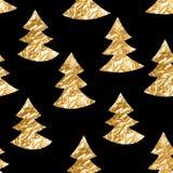 Nahtloses Muster mit Goldblatt maserte Fichten auf dem schwarzen Hintergrund Lizenzfreie Stockbilder