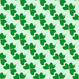 Nahtloses Muster mit grünem Klee Stockfotos
