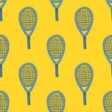 Nahtloses Muster mit Hand gezeichnetem Tennisschläger Stockfotos