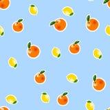 Nahtloses Muster mit kleiner Zitrone, orange Aufkleber Frucht lokalisiert auf einem blauen Hintergrund Lizenzfreies Stockbild