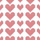 Nahtloses Muster mit Kreuzstichherzen auf weißem Hintergrund Stockbild