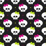 Nahtloses Muster mit lustigen Halloween-Schädeln über Schwarzem Lizenzfreies Stockfoto