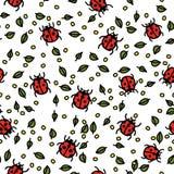 Nahtloses Muster mit Marienkäfern und Blättern Stockfoto