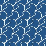 Nahtloses Muster mit Meereswellen auf einem dunkelblauen Hintergrund Stockfotografie