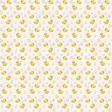 Nahtloses Muster mit netten gelben Vogelenten und -eiern auf weißem Hintergrund - Aquarelltapete für ein Kinderzimmer Stockfotografie