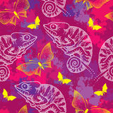 Nahtloses Muster mit punktiertem weißem Chamäleon und Schmetterlingen Stockbilder
