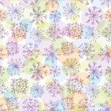 Nahtloses Muster mit purpurroten Schneeflocken auf hellem Hintergrund Stockfotos
