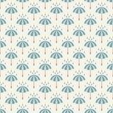 Nahtloses Muster mit Regenschirmen und Regentropfen. Stockfotos