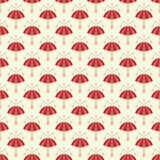 Nahtloses Muster mit Regenschirmen und Regentropfen. Vektor Abbildung