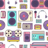 Nahtloses Muster mit Retro- analogem Musikspieler-, Zweispulen- und Kassettenrecorder, Drehscheibe, Kopfhörer, Mikrofon stock abbildung