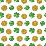 Nahtloses Muster mit runden Münzen des goldenen Funkelns und vierblättrigen Kleeblättern des grünen Funkelns Lizenzfreie Stockbilder
