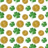 Nahtloses Muster mit runden Münzen des goldenen Funkelns und vierblättrigen Kleeblättern des grünen Funkelns Lizenzfreie Stockfotografie