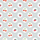 Nahtloses Muster mit süßer Kirsche und Erdbeeren Lizenzfreie Stockfotografie