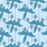 Nahtloses Muster mit Schattenbildern von Fliegenpapageien auf einem tropischen Wald-backround Stockfoto