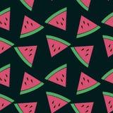 Nahtloses Muster mit Scheiben der Wassermelone auf dem schwarzen Hintergrund Stockbilder