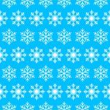 Nahtloses Muster mit Schneeflocken auf dem blauen Hintergrund Stockbilder
