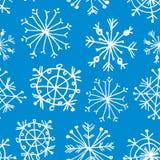 Nahtloses Muster mit Schneeflocken auf hellblauem Hintergrund Lizenzfreie Stockfotos