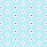 Nahtloses Muster mit Schneeflocken und Herzen Lizenzfreie Stockfotos