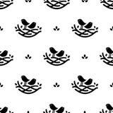 Nahtloses Muster mit schwarzen Gesangvögeln im Nest in der minimalistic Art auf weißem Hintergrund Stockbilder