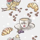 Nahtloses Muster mit Tasse Kaffee, Hörnchen und Frucht Lizenzfreies Stockfoto