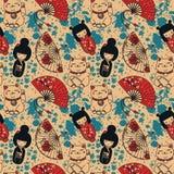 Nahtloses Muster mit traditionellen asiatischen souvenirs^ Handpapierfans, kokeshi Puppen, maneki neko und Kirschblüte-Blumen Stockbilder