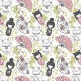 Nahtloses Muster mit traditionellen asiatischen souvenirs^ Handpapierfans, kokeshi Puppen, maneki neko und Kirschblüte-Blumen Lizenzfreie Stockbilder