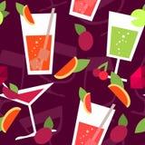 Nahtloses Muster mit verschiedenen Cocktails Lizenzfreie Stockfotografie