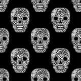 Nahtloses Muster mit verzieren die Schädel gemalte Verzierung, die auf Schwarzem weiß ist Lizenzfreie Stockbilder