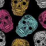 Nahtloses Muster mit verzieren Schädel gemalte volle Farben der Verzierung auf Schwarzem Stockfoto