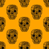 Nahtloses Muster mit verzieren Schädel gemaltes Verzierungsschwarzes auf Orange Lizenzfreies Stockbild