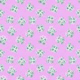Nahtloses Muster mit vierblättrigem Kleeblatt Hintergrund mit skandinavischem Design Grüner, rosa, weißer Tupfen Stockbilder