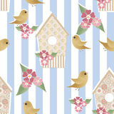 Nahtloses Muster mit Vogelhäusern und Vögeln auf gestreiftem Stockfoto