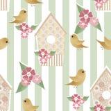 Nahtloses Muster mit Vogelhäusern und Vögeln auf gestreiftem Stockbilder