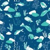 Nahtloses Muster mit Walen, Meerespflanzen, Korallen und Fischen stockfotografie