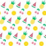 Nahtloses Muster mit Wassermelone, Ananas, Kirsche und Orange auf weißem Hintergrund Netter Hintergrund Heller Sommer trägt i Frü Stockbilder