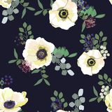 Nahtloses Muster mit weißen Anemonenblumen, -beeren und -grün auf dunklem Hintergrund Winterblumenmuster für die Heirat lizenzfreie abbildung