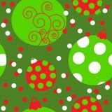 Nahtloses Muster mit Weihnachtsbällen auf einem grünen Hintergrund Stockfotos