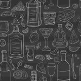 Nahtloses Muster mit Weinlesehandgezogenen Alkoholflaschen und -gläsern stock abbildung