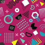 Nahtloses Muster modischer Memphis-Art mit spielerischen geometrischen Formen auf purpurrotem Hintergrund vektor abbildung