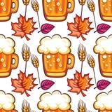 Nahtloses Muster Oktoberfest-Bieres Karikaturbierkrüge, Weizen und Fallblätter Vektor Lizenzfreie Stockfotografie