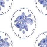 Nahtloses Muster von blauen Blumen und von Blättern in einem ovalen Rahmen auf einem weißen Hintergrund Lizenzfreies Stockfoto