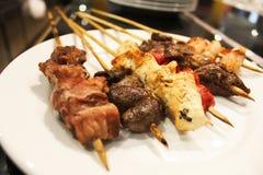 Nahtloses Muster von bunten Würfeln Blauer, rosa, mehrfarbiger Kubikhintergrund Seltenes Steak Gegrillte Fleischaufsteckspindeln  stockfoto