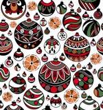 Nahtloses Muster von bunten Weihnachtsbällen mit Scheiben der Orange auf dem weißen Hintergrund stockfotos