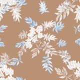 Nahtloses Muster von den blühenden weißen grauen Niederlassungen und von Blau verlässt auf einem beige Hintergrund watercolor Lizenzfreie Stockfotos