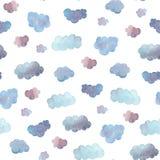 Nahtloses Muster von den weichen blauen Wolken gemalt im Aquarell Lokalisiert auf Weiß Stockbilder