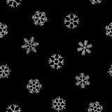 Nahtloses Muster von fallenden silbernen Schneeflocken Lizenzfreies Stockfoto