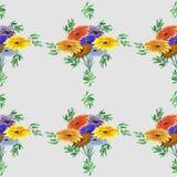Nahtloses Muster von Grünblättern und von hellen Blumen auf einem grauen Hintergrund watercolor Stockbilder